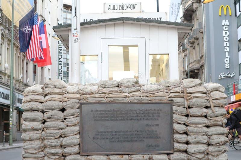 Punkt kontrolny Charlie - dziejowy miejsce w Berlin zdjęcie stock