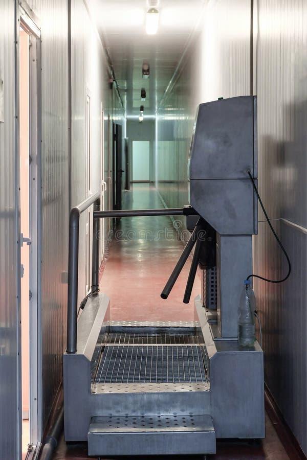 Punkt kontrolny z kołowrotem i dezynfekcji barierą w przemysłowym budynku obraz stock