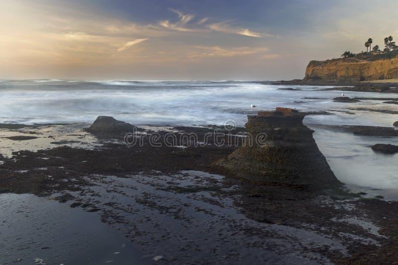 Punkt Loma San Diego för klippor för Stilla havetstrandsolnedgång royaltyfria bilder