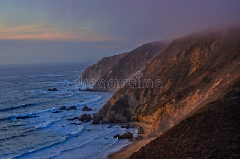 Punkt Reyes am Sonnenuntergangstrand lizenzfreie stockbilder