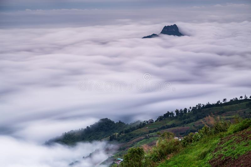 Punkt widzenia, mgła, góra przy Phu Thap Boek lub Phu Hin Rong Kla nat zdjęcia stock