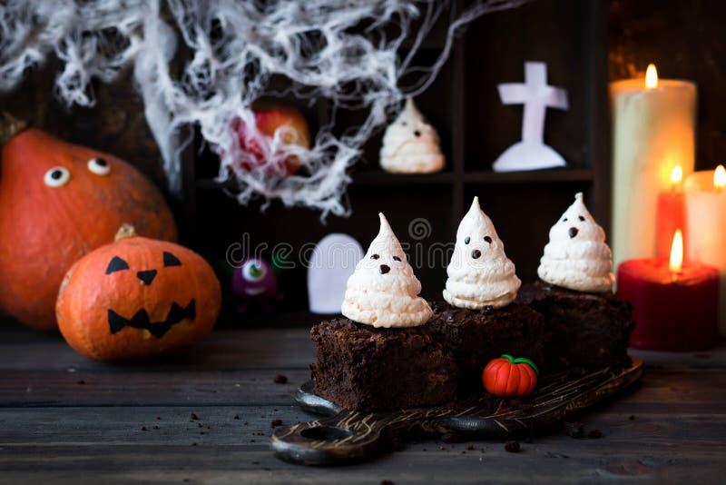 Punkt z duchami beza jako pomysł deser dla Halloween zdjęcia royalty free