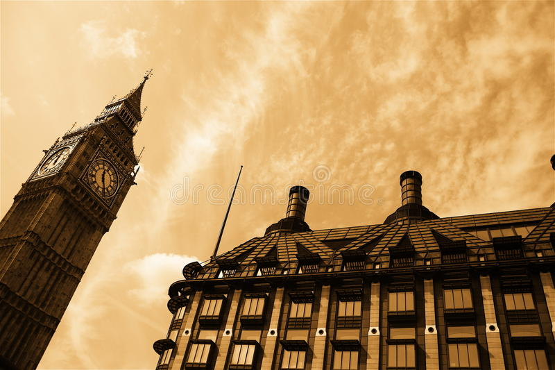 Download Punkt Zwrotny London Nostalgiczny Obraz Stock - Obraz złożonej z chmurny, city: 13331623