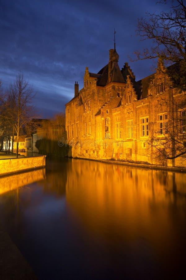 Punkt zwrotny od Bruges (Brugge) - Belgia - piękny stary dom odbijał kanałowe wody nocą zdjęcie stock