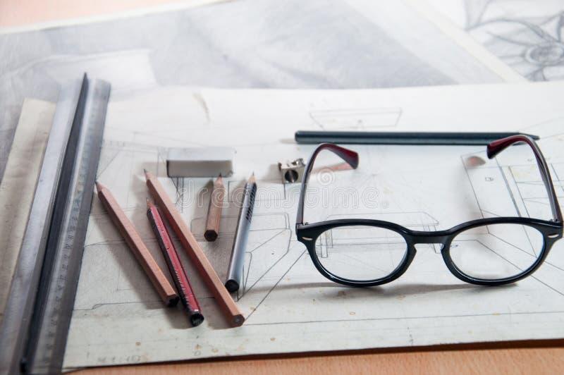 Punkter blyertspennor, linjal, teckning, vässare, arbetsmiljö glasögon arkivbild