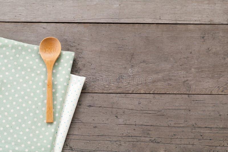 Punktieren Sie die Textilbeschaffenheit, hölzern swooden Löffel auf Holz Texturhintergrund lizenzfreie stockfotos