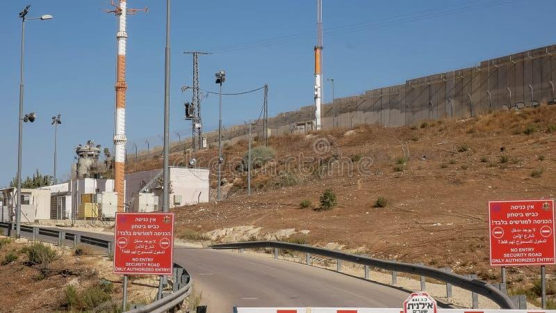 Punktu kontrolnego sercurity i poczta górujemy na granicie między Palestine i Israel fotografia royalty free
