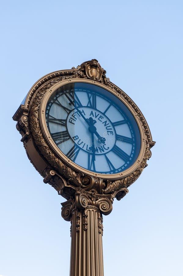 Punktu zwrotnego fifth avenue obsady żelaza chodniczka zegar zdjęcia stock