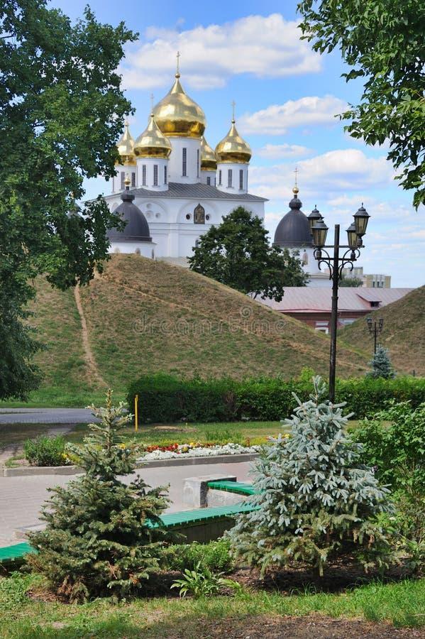 Punkty zwrotni Dmitrov obramiali drzewami obraz stock