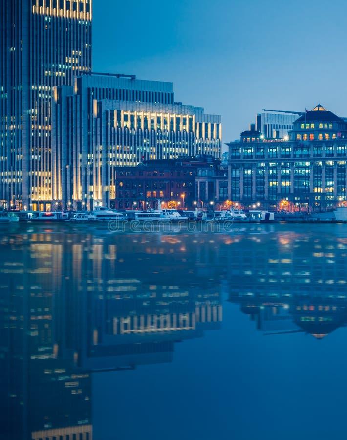 Punkty zwrotni Szanghaj z Huangpu rzeką przy nocą obraz stock