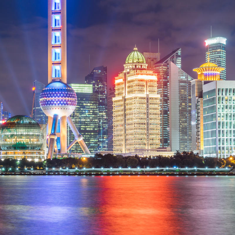 Punkty zwrotni Szanghaj z Huangpu rzeką przy nocą zdjęcia royalty free