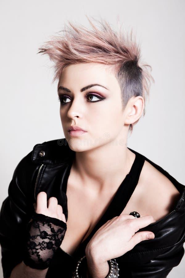 Punky femenino joven con el pelo rosado imagen de archivo libre de regalías