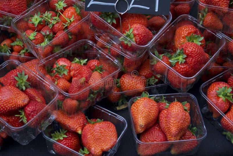 Punnets av jordgubbar arkivfoton