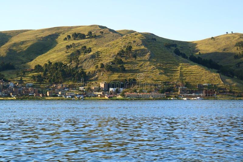 Puno miasteczko na brzeg Jeziorny Titicaca widok od statku wycieczkowego, Puno, Peru obrazy royalty free