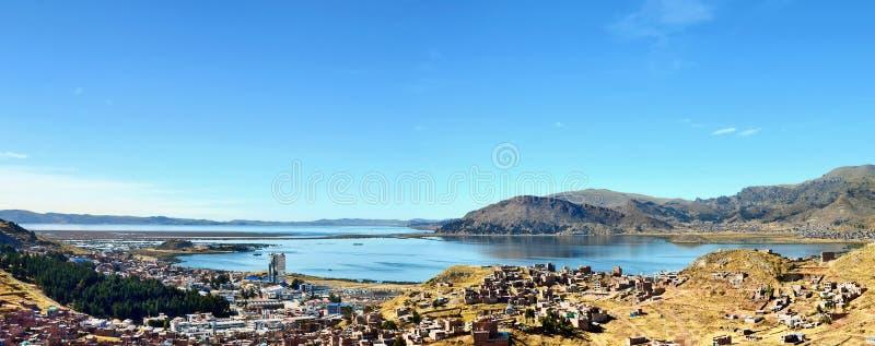 Puno miasto lokalizować na Titicaca jeziornym banku zdjęcie royalty free