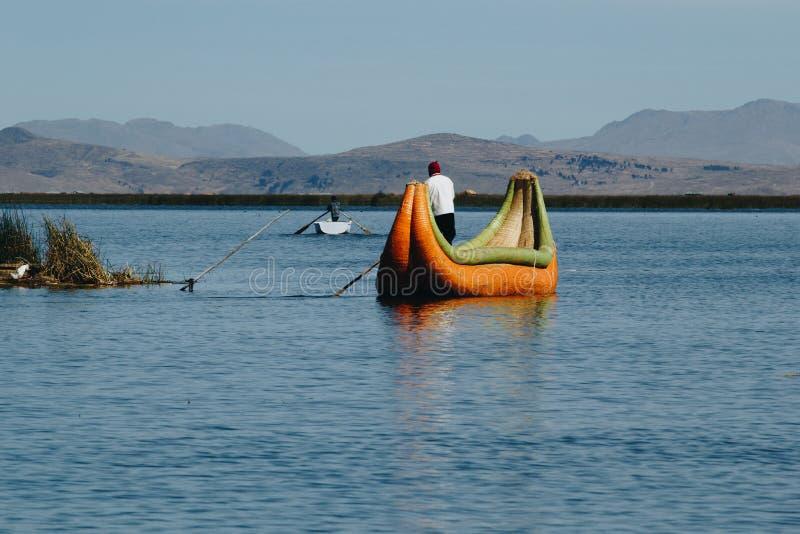 Puno, Perú - 30 de julio de 2017: Barco de Totora en el lago Titicaca cerca foto de archivo