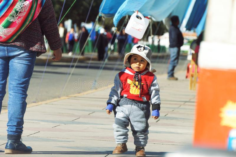 Puno Peru - Augusti 17th 2018: En gullig peruansk pojke med en hatt fotografering för bildbyråer