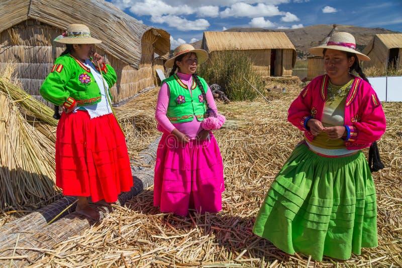 Två Kvinnor Som Navigerar Sjön Titicaca Redaktionell Bild