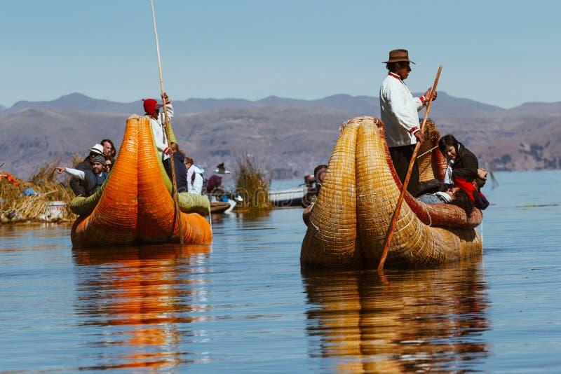 Puno Peru - Juli 30, 2017: Totora fartyg på Titicaca sjön nära royaltyfri bild