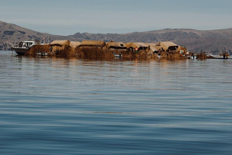 Puno Peru, Lipiec, - 30, 2017: Totora łódź na Titicaca jeziorze blisko obraz royalty free