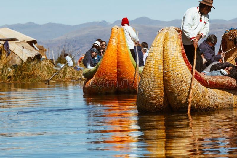 Puno Peru, Lipiec, - 30, 2017: Totora łódź na Titicaca jeziorze blisko zdjęcie royalty free