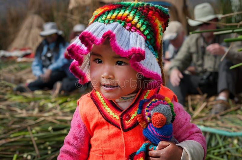 PUNO PERU, PAŹDZIERNIK, - 13, 2016: małych peruvian latynoski dziecko odziewa dziewczyna ubierał w tradycyjny rodzimy Peruwiański obraz stock