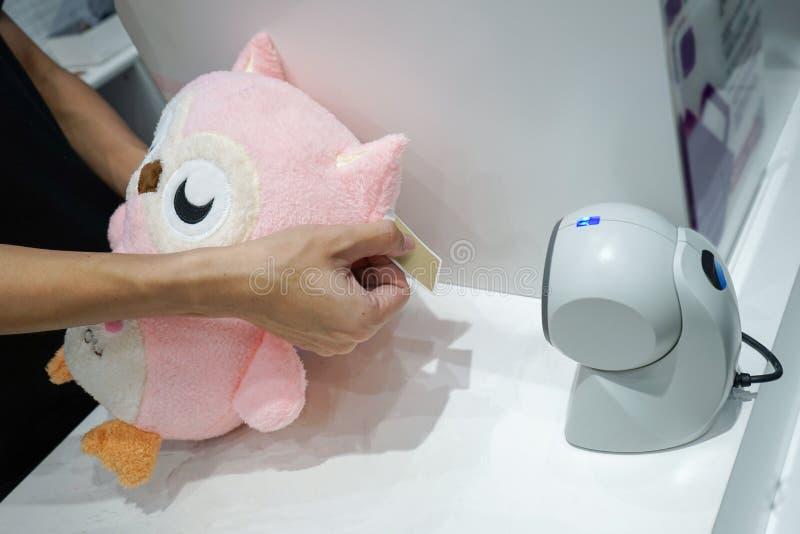 Punt van verkoopvoorbeeld en heden; de uil de roze pop is scaned streepjescode voor verkoop in stuk speelgoed kleinhandel royalty-vrije stock afbeelding