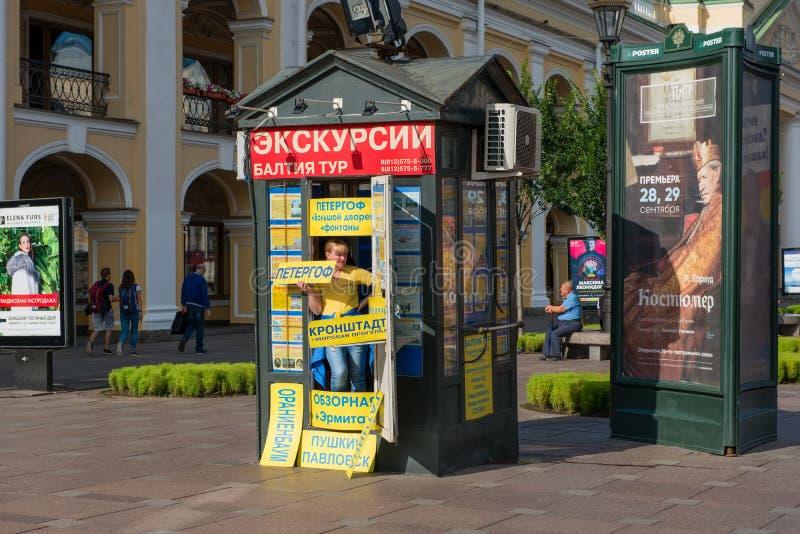Punt voor de verkoop van sightseeingsreizen op St. Petersburg van Nevsky Prospekt royalty-vrije stock foto
