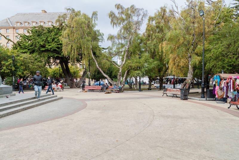 PUNTA ARENAS, O CHILE - 3 DE MARÇO DE 2015: Povos no quadrado de Munoz Gamero da plaza em Punta Arenas, Chil foto de stock