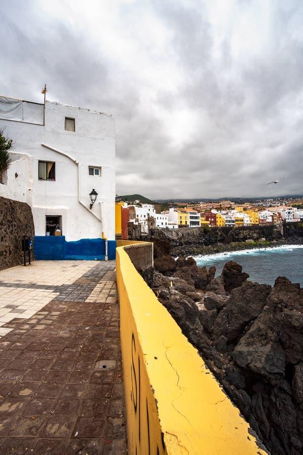 2019-03-12 Punta Brava - Puerto de la Cruz, Santa Cruz de Tenerife lilla staden på den atlantiska kusten royaltyfria bilder