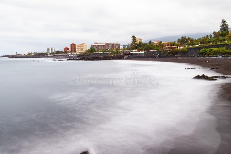 2019-03-12 Punta Brava - Puerto de la Cruz, Santa Cruz de Tenerife lilla staden på den atlantiska kusten arkivbild