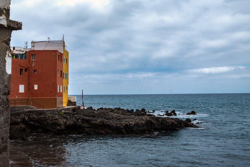 2019-03-12 Punta Brava - Puerto de la Cruz, Santa Cruz de Tenerife lilla staden på den atlantiska kusten arkivbilder