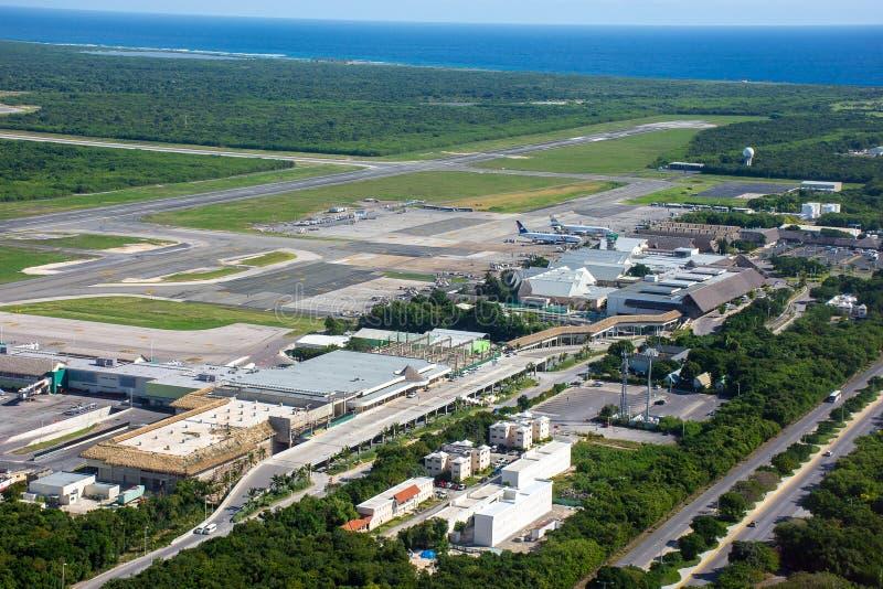 PUNTA CANA, DOMINICAANSE REPUBLIEK - 4 Januari, 2017: De Internationale Luchthaven van Puntacana Mening hierboven van een helikop stock foto's