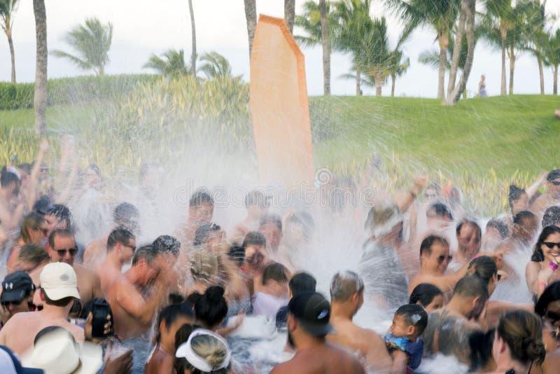 Punta Cana, Dominicana, December 2018 Een partij van het pretschuim in een hotelpool in Punta Cana, Dominicaanse Republiek stock foto's