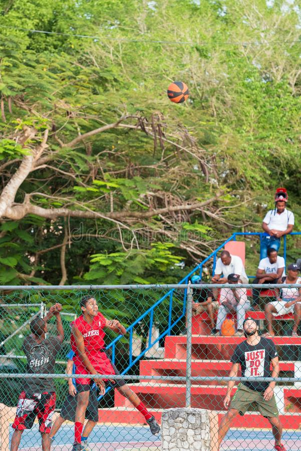 PUNTA CANA, DOMINIKANSKA REPUBLIKEN - MAJ 22, 2017: En grupp av basket för barnlek på en stadsgata vertikalt royaltyfria bilder