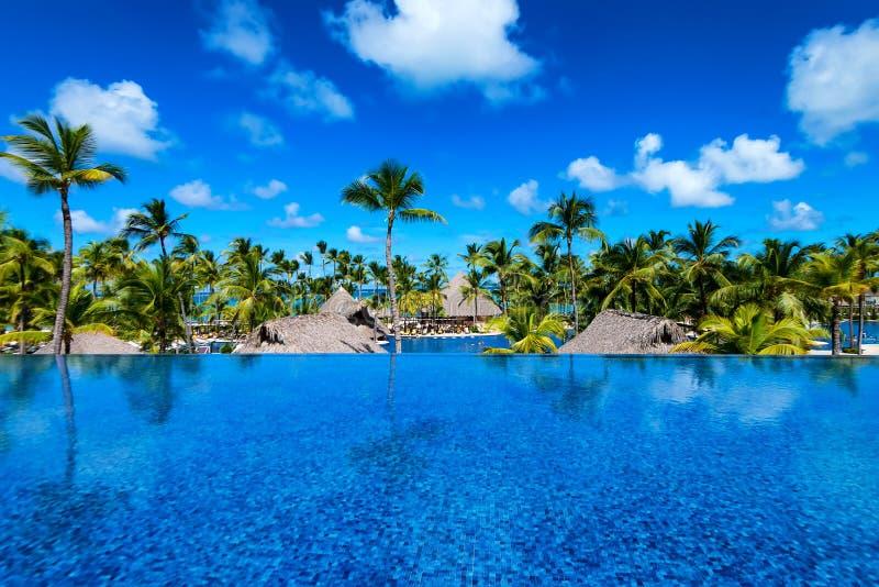 PUNTA CANA, RÉPUBLIQUE DOMINICAINE - 29 OCTOBRE 2015 : Piscine ouverte dans le palais de Barcelo Bavaro dans Punta Cana photos stock