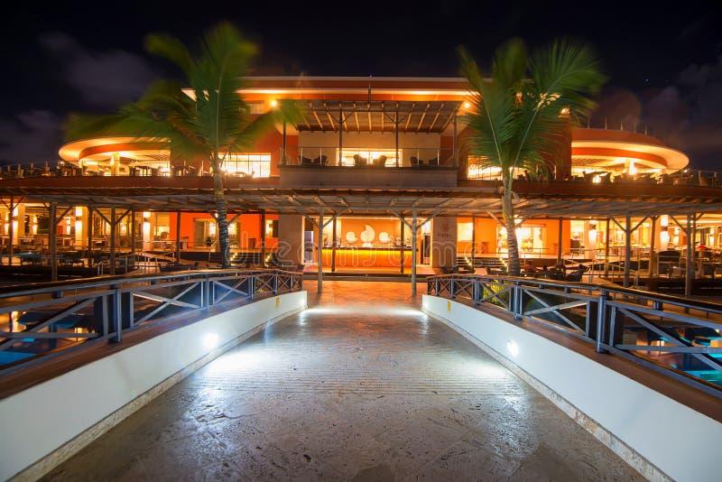 PUNTA CANA, REPÚBLICA DOMINICANA - 29 DE OCTUBRE DE 2015: Opinión escénica de la noche del palacio de Barcelo Bavaro en Punta Can imágenes de archivo libres de regalías