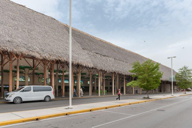PUNTA CANA, REPUBBLICA DOMINICANA - 18 GIUGNO 2015: Aeroporto internazionale di Punta Cana Area di partenza fotografia stock