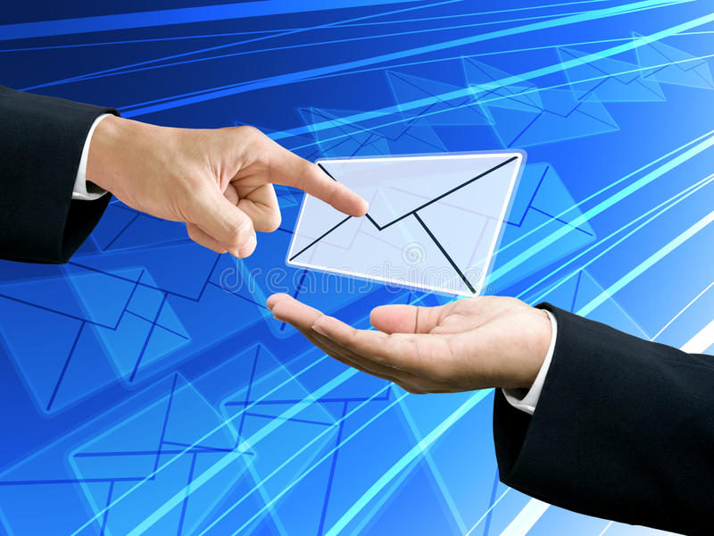 Punta de la mano del hombre de negocios el email del remitente foto de archivo
