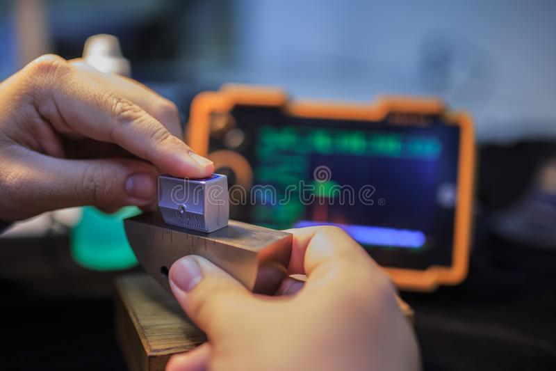 Punta de prueba del ángulo de la calibración del detector ultrasónico con el bloque de acero estándar fotos de archivo libres de regalías