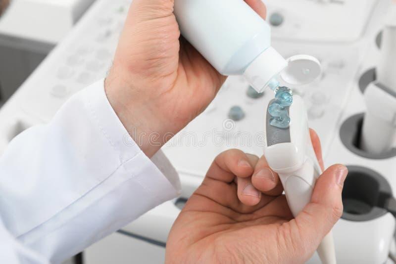 Punta de prueba de la máquina del ultrasonido de la cubierta de Sonographer con el gel en clínica fotos de archivo libres de regalías