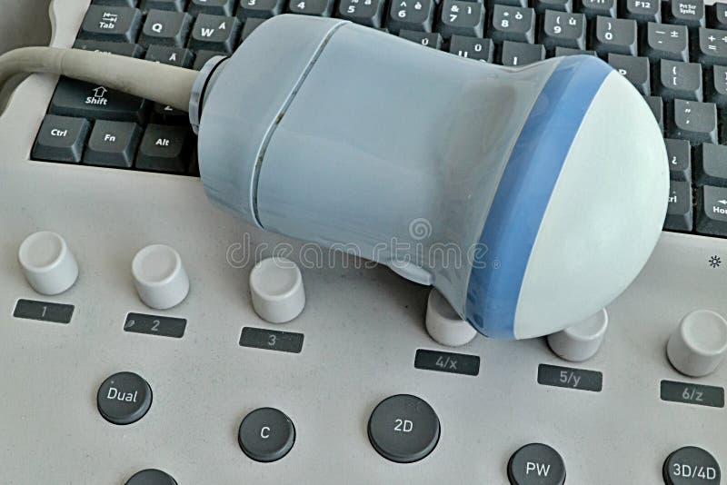 Punta de prueba volumétrica abdominal moderna 3D/4D puesta en el teclado del dispositivo de USG imágenes de archivo libres de regalías