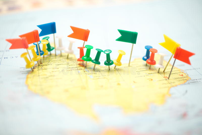 Punta marcada de la ciudad del perno de las banderas de país del mapa del mundo imagen de archivo