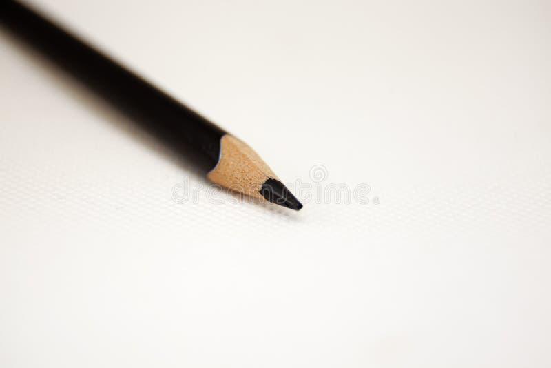 Punta nera della penna su fondo e sulla matita bianchi fotografia stock libera da diritti