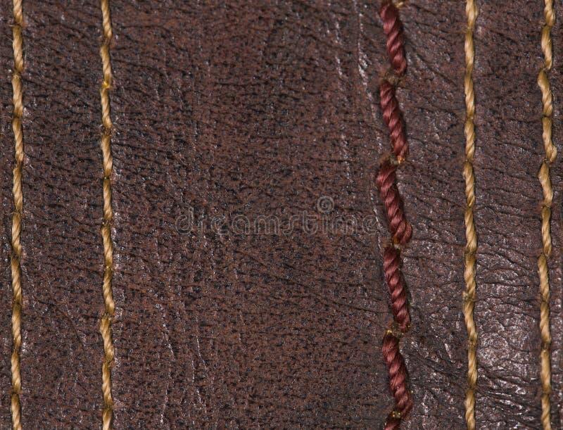 Puntadas coloridas del subproceso diferente en calzado de cuero marrón imagenes de archivo