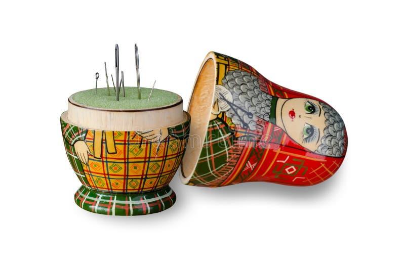 Puntaspilli della bambola di Matryoshka Aghi di cucito Fine in su fotografie stock