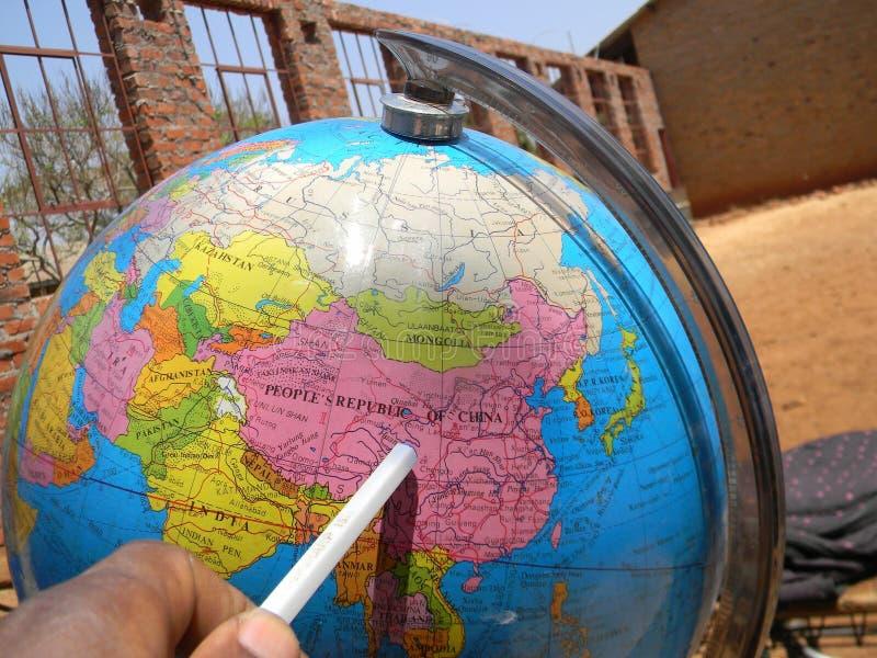Puntatore che mostra la Cina sulla mappa del globo del mondo fotografia stock