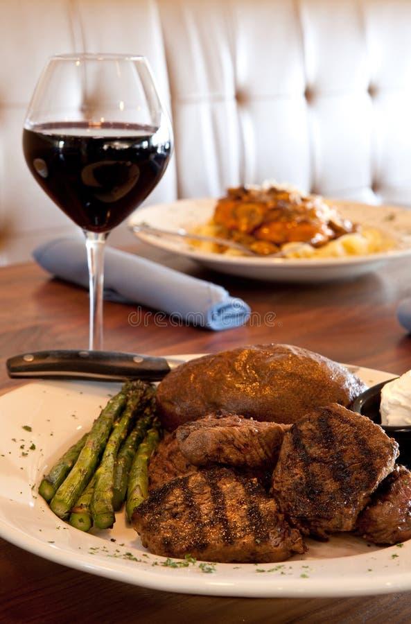 Punte cotte e vino della bistecca fotografie stock