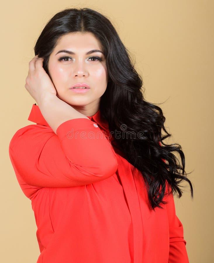 Punte di bellezza e di cosmetologia Pelle brillante sana di signora la bella compone il fronte Bellezza femminile Ragazza castana fotografie stock