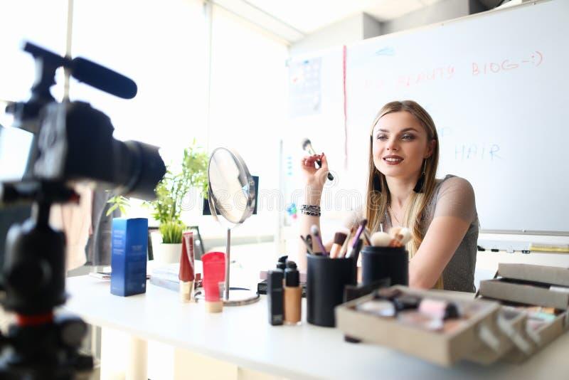 Punte di registrazione Vlog di bellezza di trucco della bella ragazza immagini stock libere da diritti